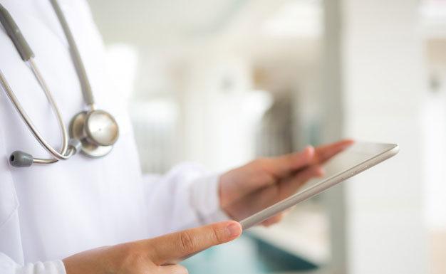 Lekarz w nowoczesnym fartuchu medycznym