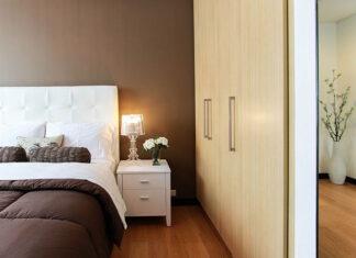 Podręczna i praktyczna szafka do sypialni